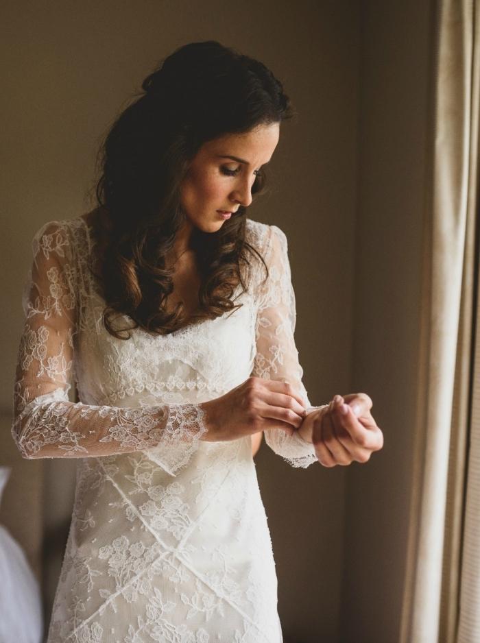 idée robe mariée pas cher, modèle de robe blanche avec manches transparentes en dentelle florale, coiffure de mariée avec boucles