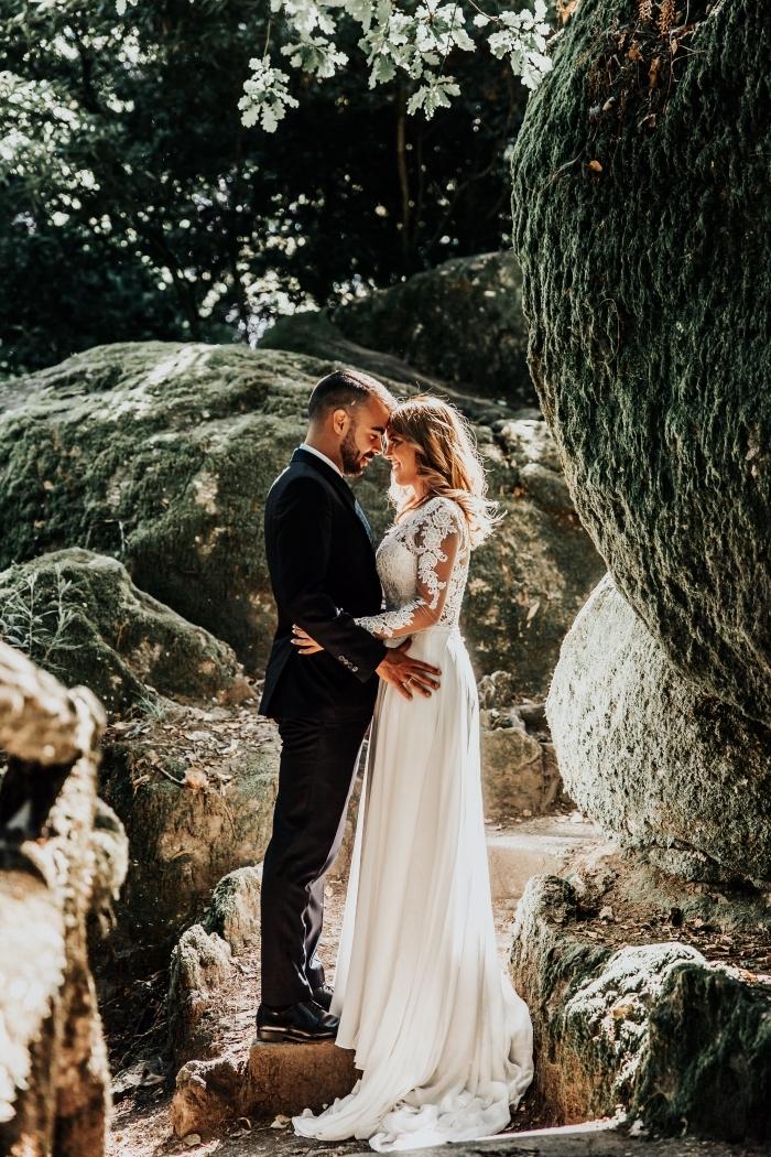 idée robe de mariée champetre, modèle de robe longue blanche avec manches à effet tatouage et traîne longue