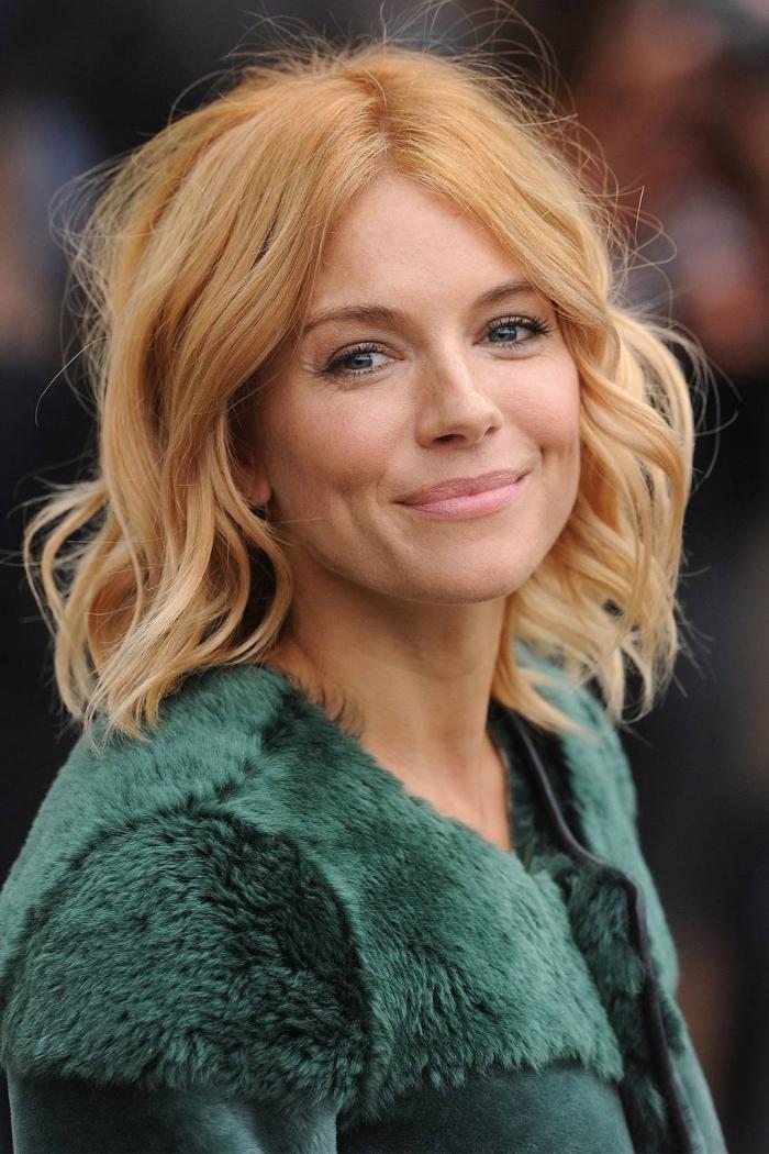 coupe de cheveux femme 50 ans, idée coiffure romantique avec boucles, cheveux de couleur miel avec reflets cuivrés