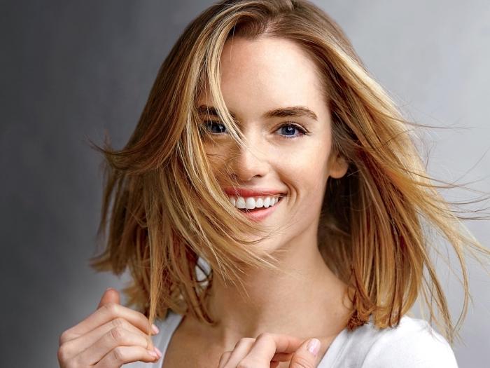exemple de balayage blond sur brunette, couleur cheveux caramel aux reflets dorés, idée coloration blonde sur cheveux châtain