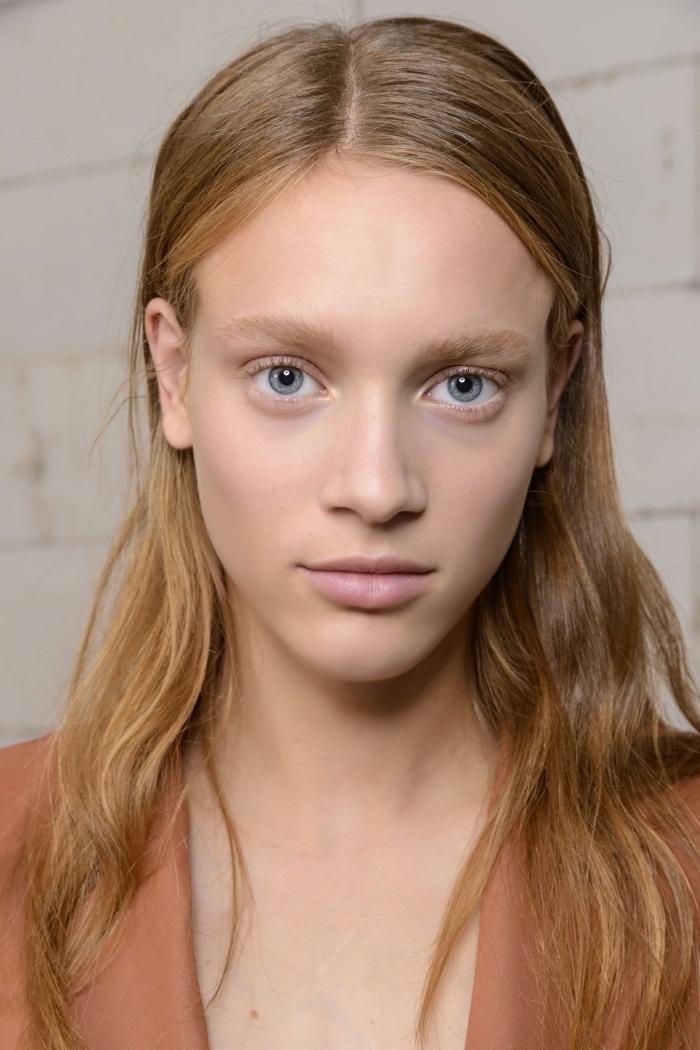 coloration naturelle racines châtain avec longueurs blond caramel, idée maquillage naturel pour yeux bleus, cheveux effet mouillés