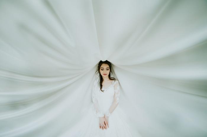 quel design pour robe de mariée tendance, modèle de robe blanche à manches longues transparentes avec dentelle