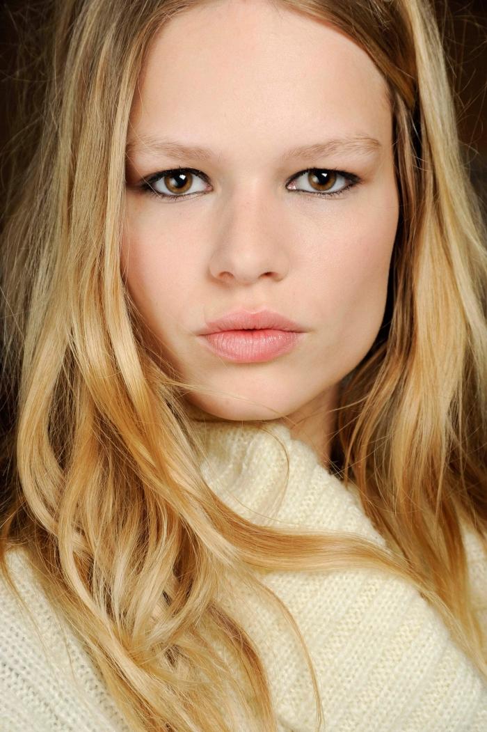 coloration blonde sur cheveux châtain clair, coiffure cheveux longs avec mèches dorées et racines châtain cuivré