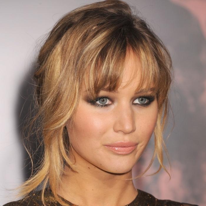 quelle coiffure pour coupe de cheveux avec frange, idée balayage naturel sur cheveux de base châtain foncé avec mèches blond caramel