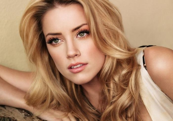 idée couleur miel pour femme aux yeux verts, exemple coloration blond caramel sur cheveux de base châtain foncé
