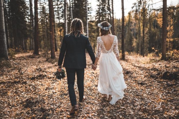 idée robe mariée pas cher de style hippie ou boho chic, exemple coiffure de mariée bohème avec couronne de fleurs