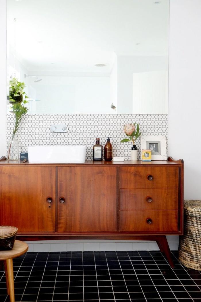 meuble sous vasque récup d'aspect vintage avec vasque à poser en céramique blanche et credence autocollante imitation mosaïque hexagonale
