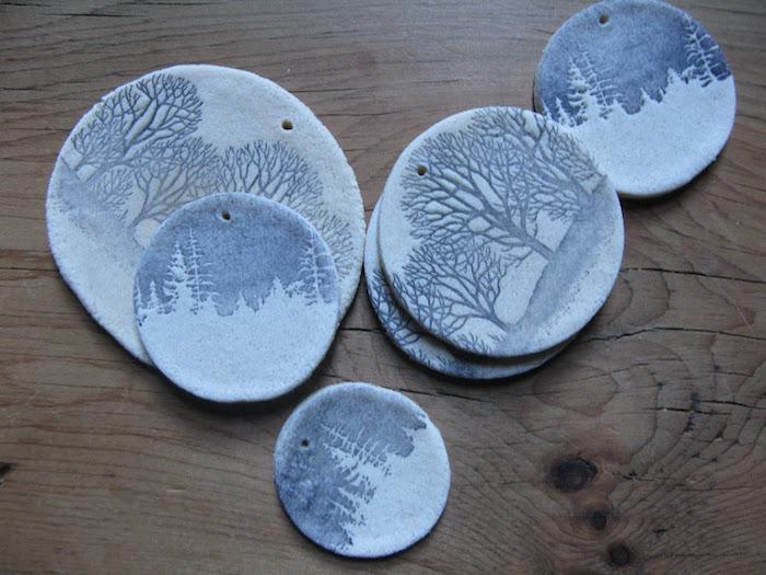 médaillons en pate à sel faits main avec dessins d'arbre et peinture bleue à accrocher