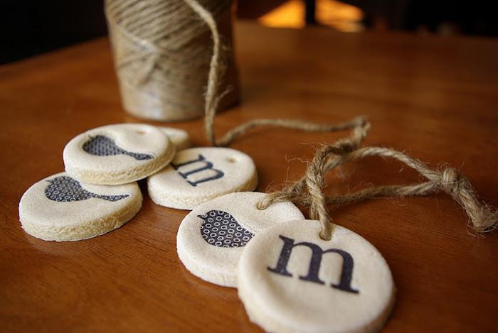 modele ornements médaillons en pate à sel avec tampon et ficelle en jute diy