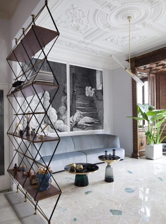 amenagement salon de luxe avec étagère bois et métal pour séparer, carrelage original, canapé velours bleu, table basse de luxe