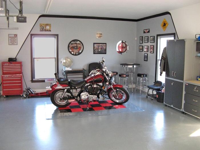 décoration garage en gris et noir avec accents rouges, exemple comment exploiter espace mural dans un garage