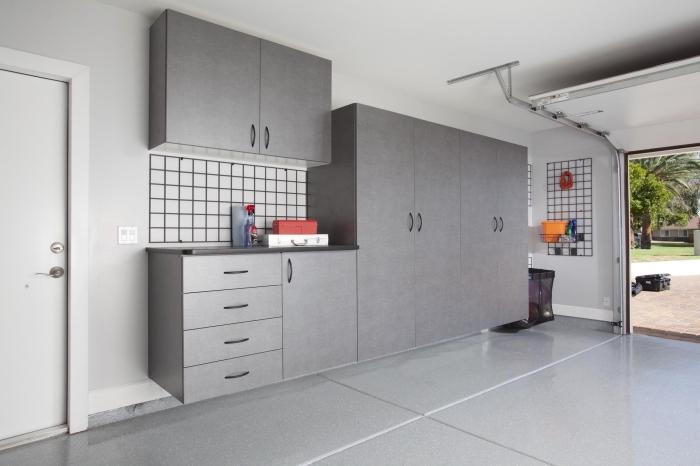 design intérieur moderne dans un garage aménagé en blanc et gris, modèle de kit armoires grises avec étagères