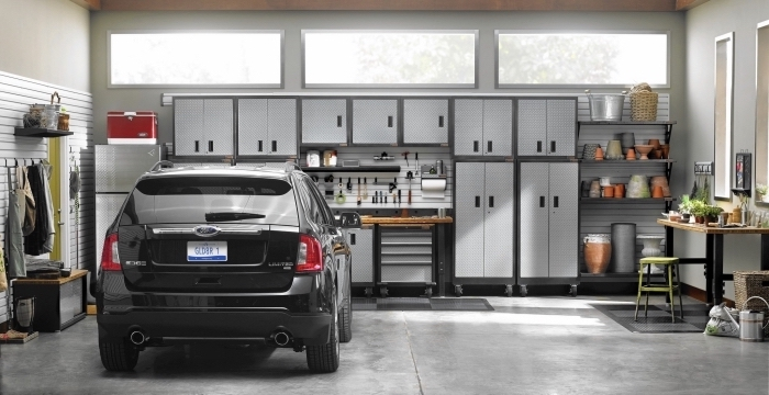 rénovation de garage moderne en gris et noir, exemple comment optimiser l'espace dans un garage, modèle rangement murale