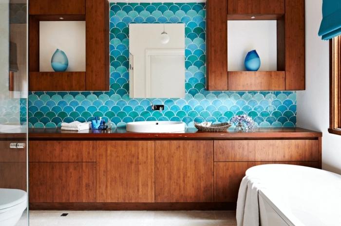 revetement mural salle de bain tendance de carrelage à motifs vagues japonaises bleu turquoise, en contraste avec le mobilier en bois