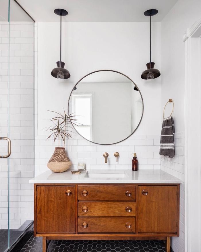 carrelage mural métro blanc qui habille la douche et les murs autour du lavabo, meuble sous vasque vintage à finition bois