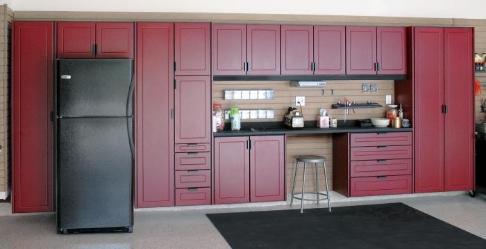 déco de garage moderne avec meubles de couleur rouge foncé et finitions noir, exemple comment amenager son garage
