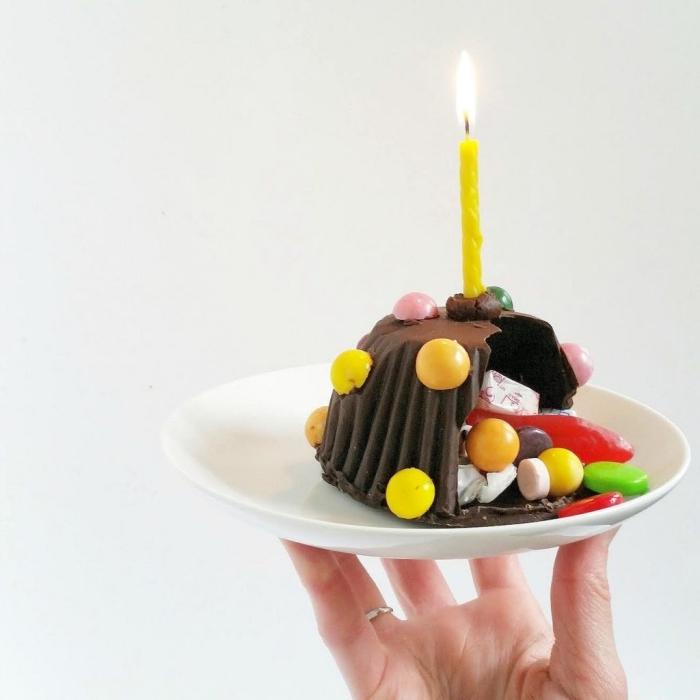 mini-gateau pinata creux au chocolat qui renferme des confiseries variées, avec une seule bougie