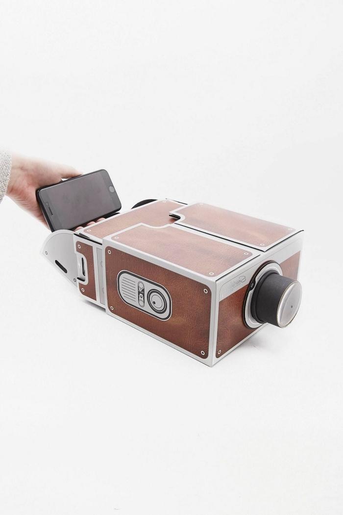 mini projecteur d'aspect vintage qui transforme facilement le téléphone portable en vidéoprojecteur, idée cadeau homme 60 ans