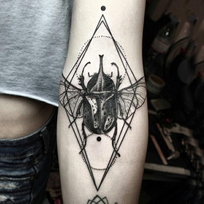 Modele de tatouage graphique bug, dessin stylisé original, technique dessin sur la peau permanente