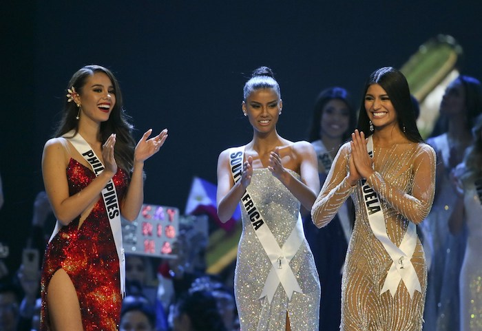 ceremonie election de miss univers 2018 catriona grey en robe rouge et les deux dauphines miss amerique du sud et miss venezuela