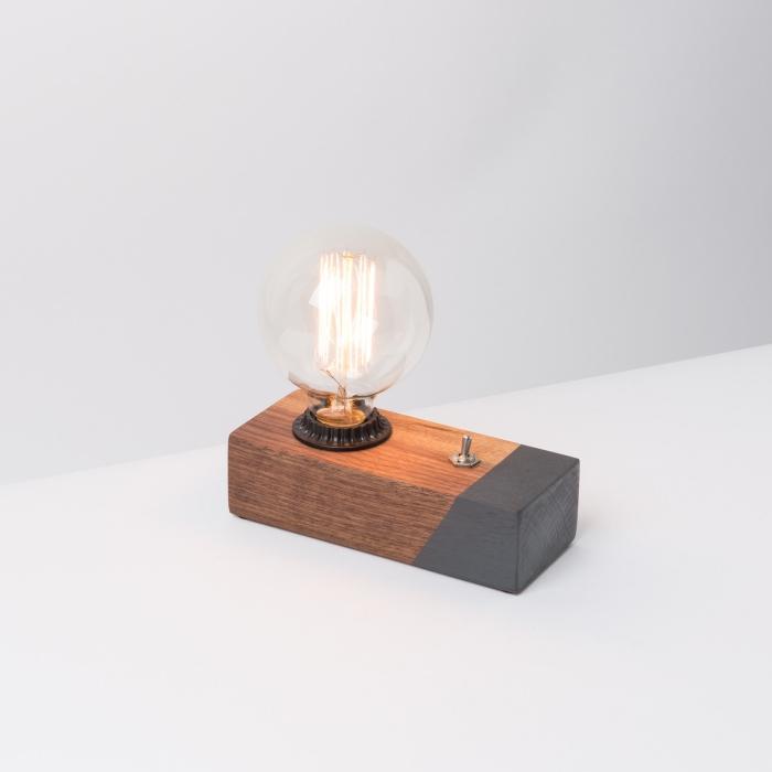 une lampe à poser d'aspect vintage en bloc de bois à motif géométrique gris et une ampoule led edisson, idée cadeau grand père pour 2018