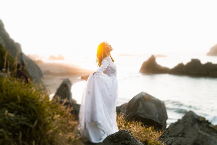 robe de mariée bohème, modèle de robe longue blanche à col montant et manches longues avec décoration en dentelle
