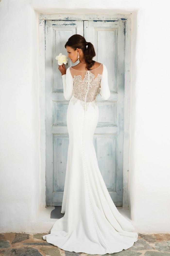 exemple de robe de mariée originale à coupe sirène, modèle de robe blanche à dos transparent avec application dentelle perlée