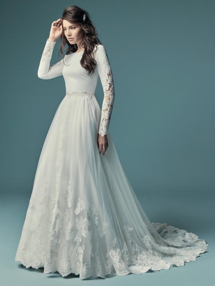robe de mariée tendance 2019, modèle de robe blanche à design princesse avec ceinture fine et manches brodées