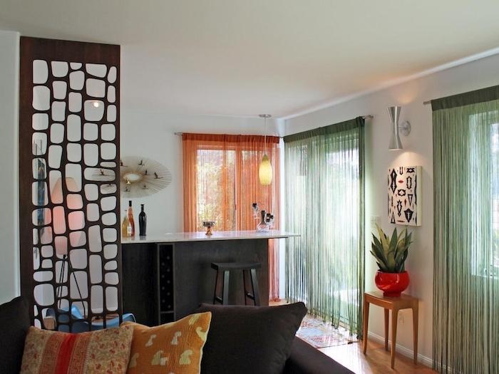 separation cuisine salon avec claustra interieur bois marron, bar avec tabouret, rideaux colorés, canapé décoré de coussins colorés