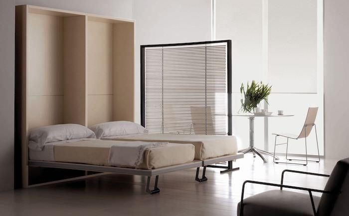 separation de piece originale en metal couleur noire, idee deco double lit, petit coin repos avec table et chaises