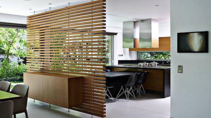 separation cuisine salon avec un cloison bois à lames de bois avec un meuble bas bois attaché, deco cuisine salle à manger mobilier noir