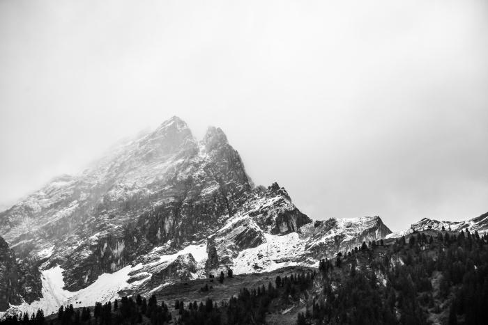 les plus belles images paysages de nature sauvage en noir et blanc, photo de montagne en hiver avec ses pics majestueux
