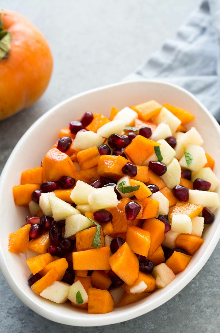 salade d'hiver de mangue, pommes, kaki, herbes fraîches, salade de fruits maison, salade de noel