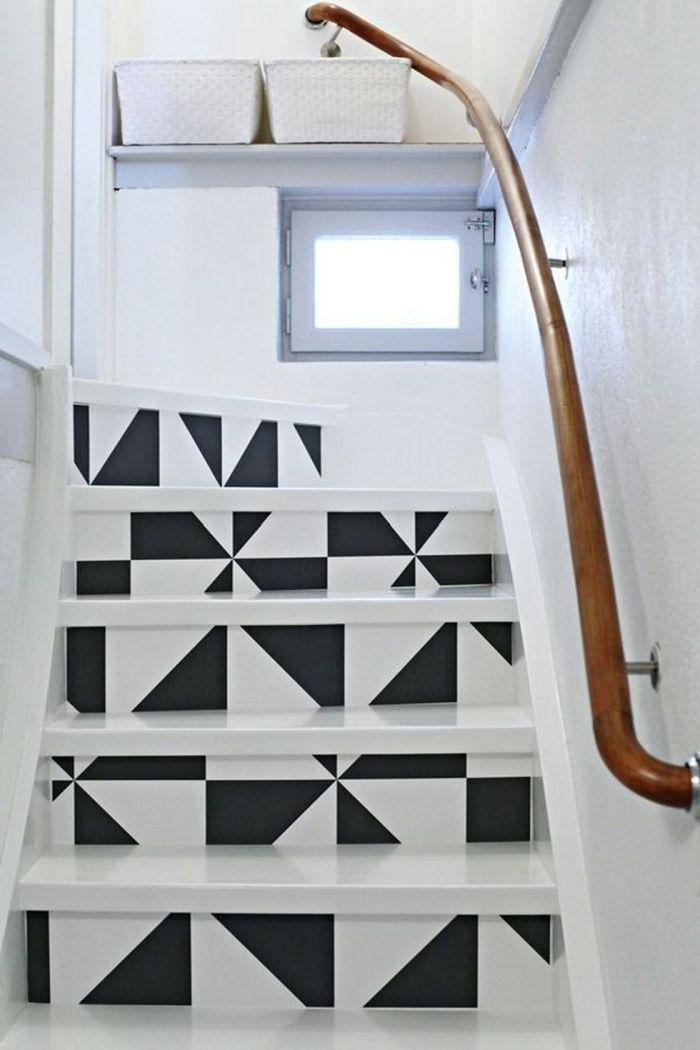 des motifs graphiques noir et blanc réalisés à la peinture pour un effet dynamisant dans la cage d'escalier blanc monochrome