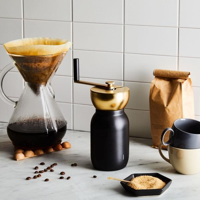 moulin à café design noir mat et laiton ou cafetière manuelle à filtre à offrir comme cadeau au père qui aime boire du café infusé , idée cadeau papa