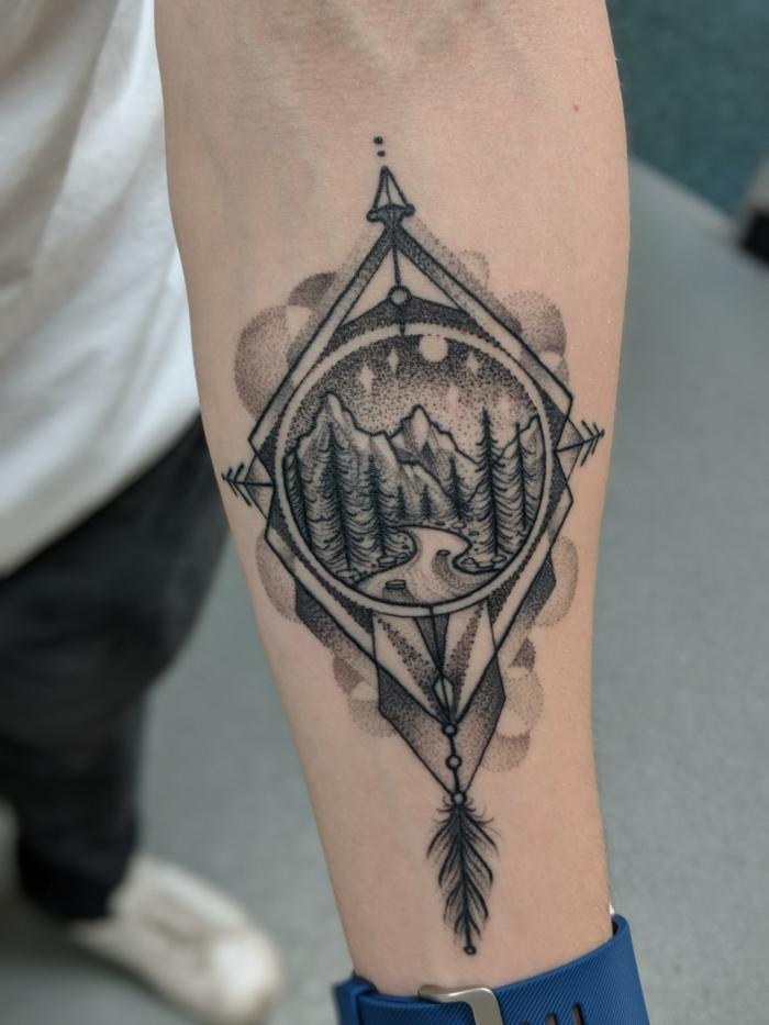 Tatouage montagne dans un compas original, modele de tatouage double exposition, cool idée originale pour un tatouage main homme