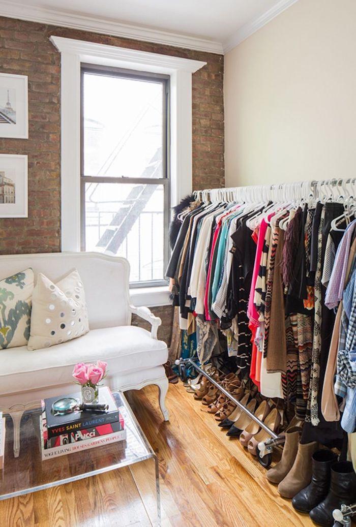 Dressing ouvert meuble rangement chambre confort dans la maison mur en briques moderne appartement blanc canapé
