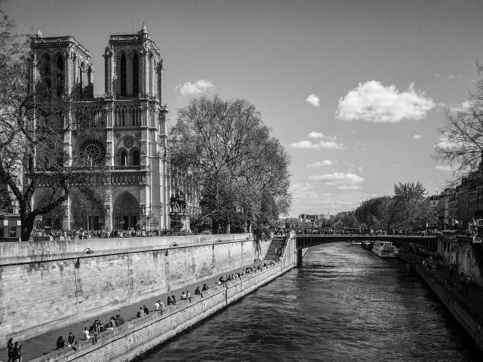 une belle photo de paris noir et blanc avec une vue sur notre-dame et les quais de la seine