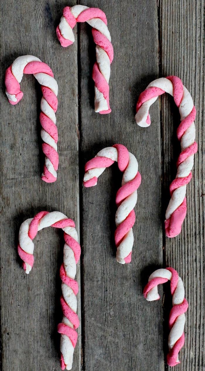 fausse sucette décorative en pate a sel blanc et rose comme idée d'activité pour vacances de noel enfants