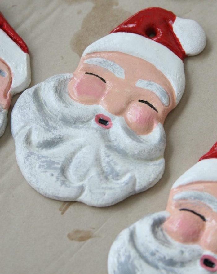 tête de père noel en pate à sel avec peinture pour visage barbe et bonnet comme déco de noël maison diy