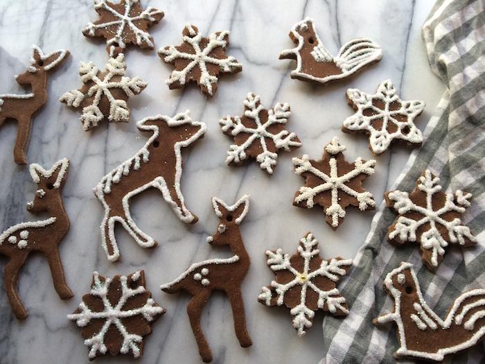 objets deco de pate a sel sur le thème de noel avec etoiles et rennes avec couleur marron imitation pain d'épices sucre