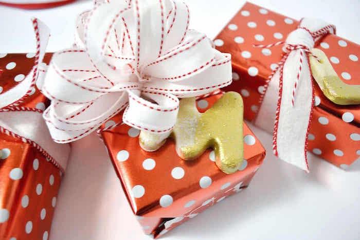 idée de petits objets de décoration de noël à faire en pate à sel comme paquets et ruban