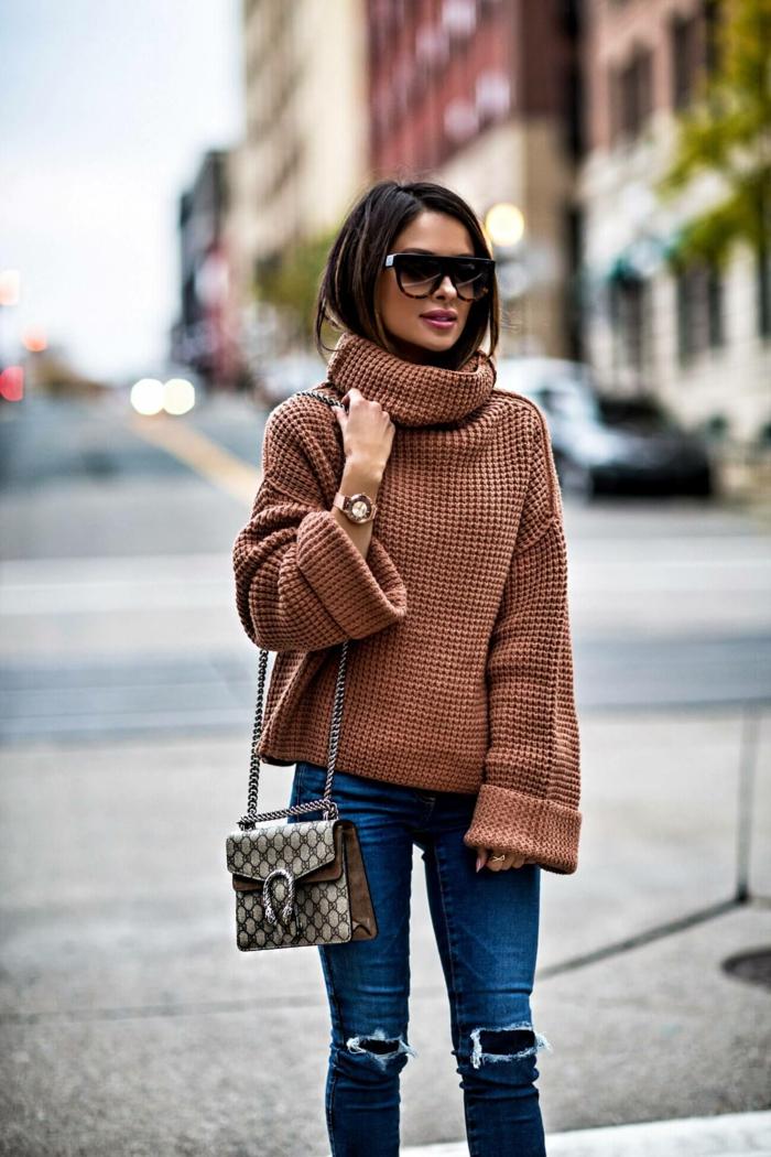 pull marron oversize, jeans bleus, sac à épaule, pull col roulé femme, cheveux cachés dans le col