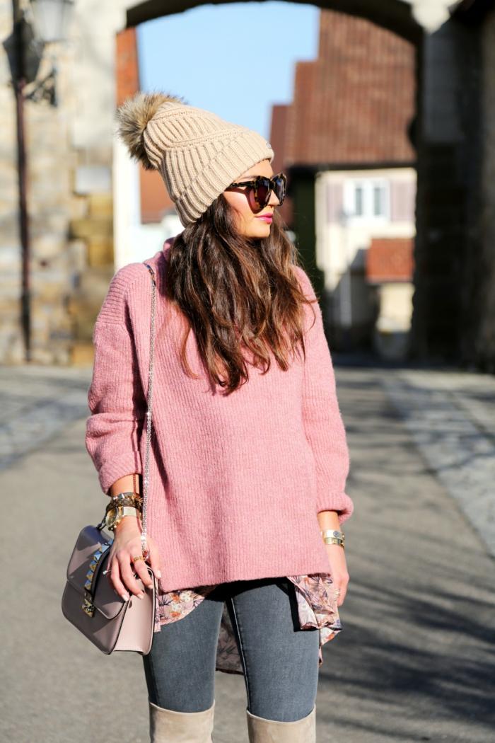 pull oversize femme, bonnet d'hiver femme, jeans, cheveux chataîn, chemise portée au-dessous du pull