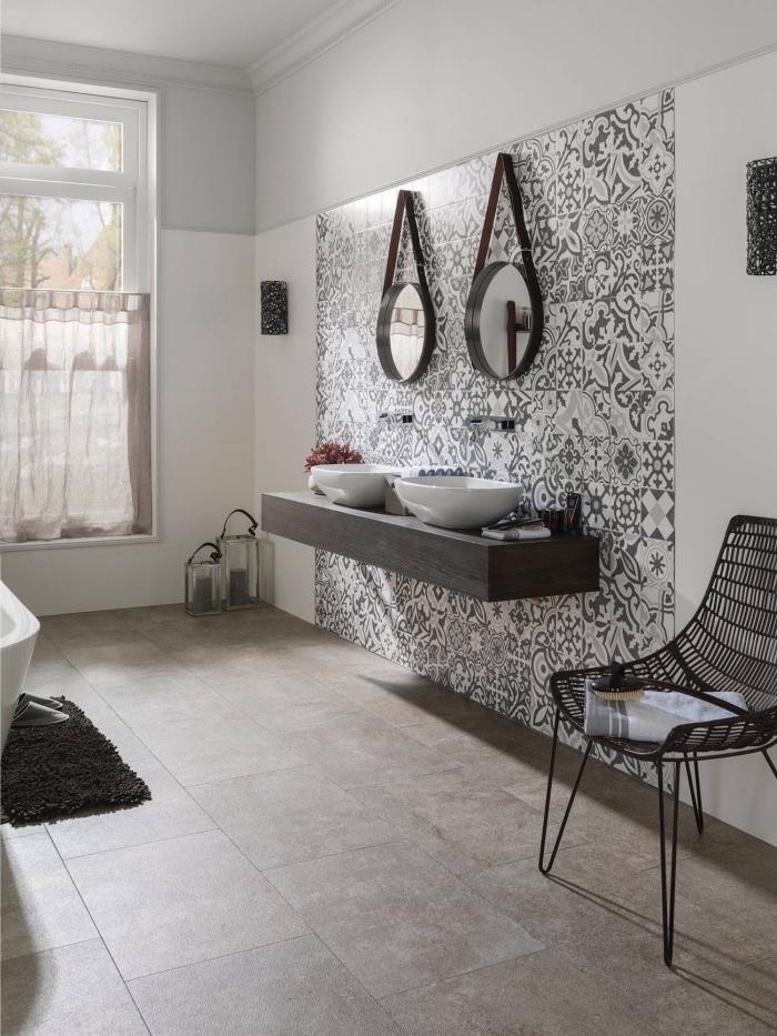 crédence imitation carreaux de ciment motifs patchwork monochrome qui habille une partie du mur derrière le plan-vasque
