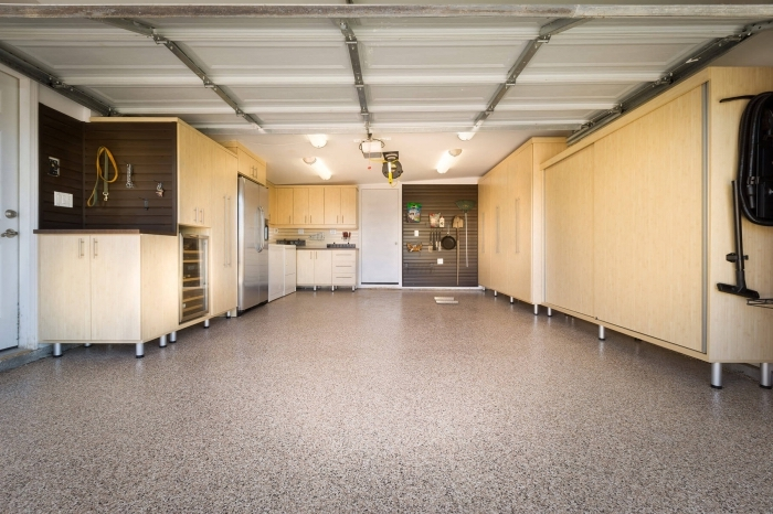 idée amenagement atelier simple, garage aux murs blancs avec meubles de bois clair pour stockage d'outils