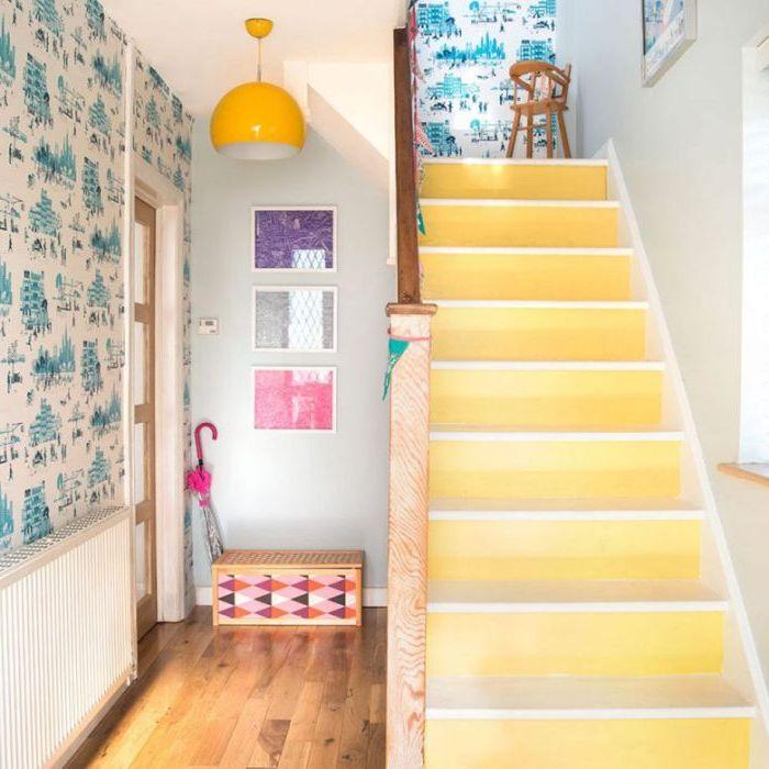 peinture jaune lumineuse pour renover un escalier avec un petit budget, escalier aux contremarches peintes en jaune fluo qui illumine l'entrée vintage