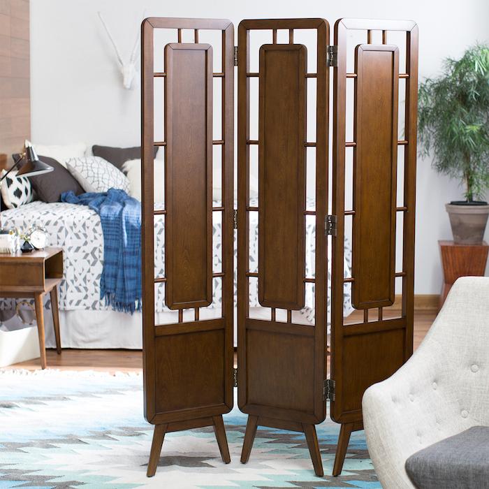 cloison paravent style vintage pour créer de l intimité dans une chambre à coucher avec lit blanc et coussins gris et blanc, parquet bois clair