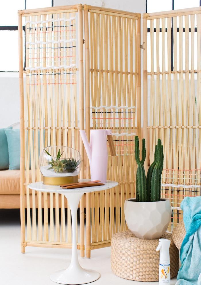 séparation de pièce sans perçage avec paravent en bois bambou clair, diviser salon avec canapé orange et coussins bleus, deco de plantes vertes