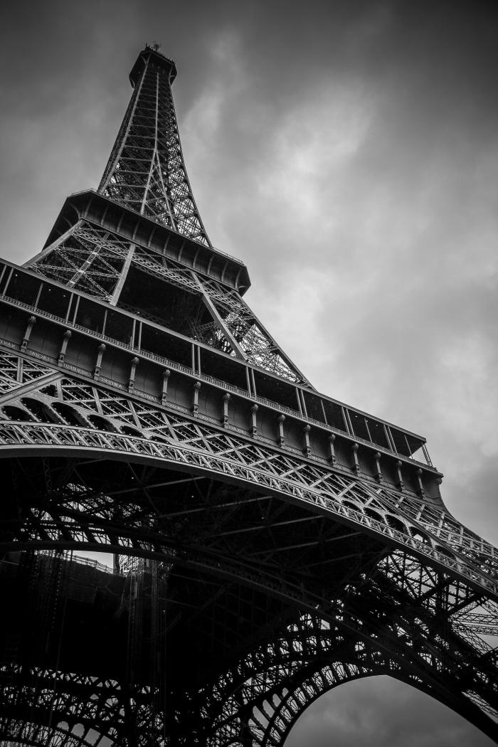 image noir et blanc de la tour eiffel sous le ciel ombrageux vue d'en bas, photographie de paysage urbain monochrome
